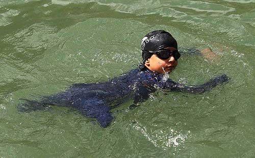 عکس های تحسن آمیز از پسر معلول شناگر