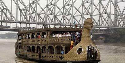 قایقی که فقط بیوه زن ها را سوار می کند  (عکس)