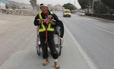 این مرد می خواهد دور کره زمین را پیاده طی کند