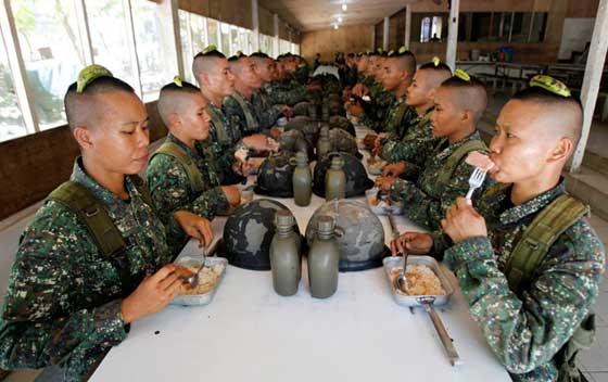 عکس جالب از تمرینات سخت زنان ارتشی موقع ناهار خوردن