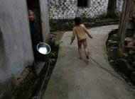 زنجیر کردن این بچه کوچک در چین