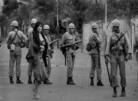 این خانم بی حجاب در میان سربازان ایرانی (+عکس)