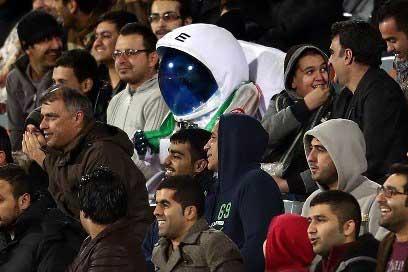 حضور فضانورد عجیب در بین تماشاگران ورزشگاه آزادی