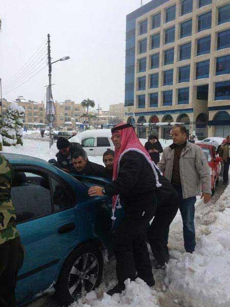 پادشاه اردن در حال هل دادن ماشین + عکس