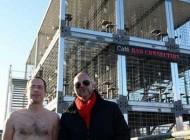 63 زن و مرد برهنه در قفس در حمایت از حیوانات +عکس