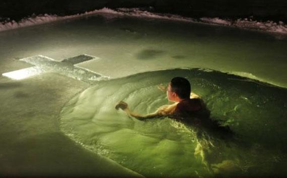 غسل در آب 17 درجه زیر صفر برای پاکسازی روحی