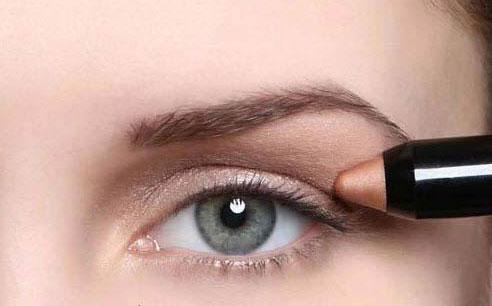 عکس هایی از آموزش آرایش چشم اسپورت دخترانه