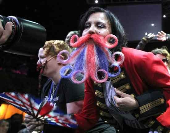 عکسهای بامزه از مسابقه دختران آمریکایی با ریش و سبیل
