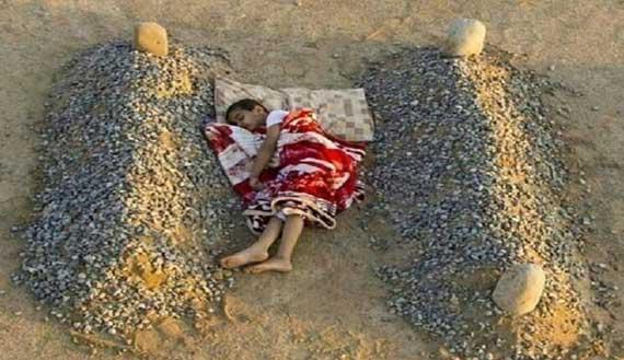 به خواب رفتن این کودک بین قبر پدر و مادر (عکس)