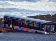 امواج هفت متری اتوبوس را به کام خود کشید (+عکس)