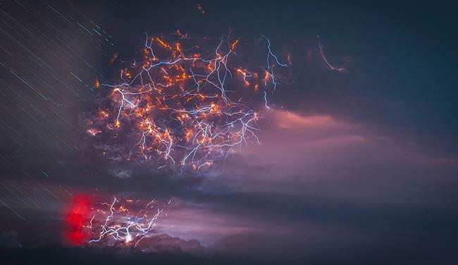 تصاویر شگفت انگیز از برخورد آتشفشان و رعد و برق