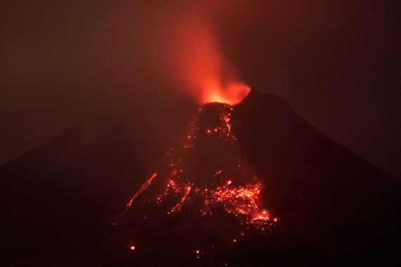 فوران کوه آتشفشان و فرار افراد در اندونزی +(عکس)