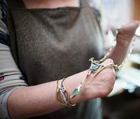 این خانم معلول هنرمند در ساخت جواهرات زیبا +عکس