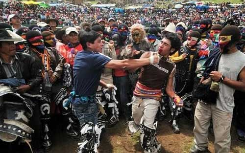 فستیوال عجیب کتک کاری در این کشور (عکس)