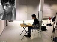 نمایش مبتذل دانشجوی رشته هنر در ملا عام در لندن (عکس)