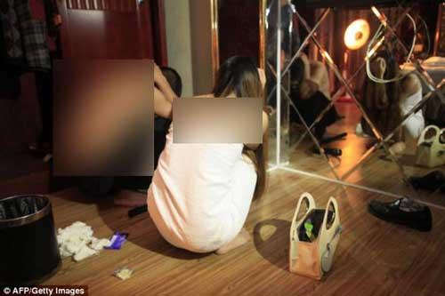 بازداشت شدن 67 دختر و پسر لخت در خانه فحشا (عکس)