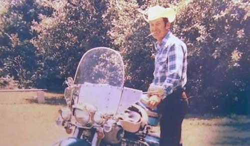این فرد با موتورسیکلت خودش به خاک سپرده شد (عکس)