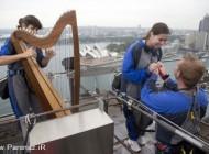 خواستگاری جالب این مرد از دختر روی پل بندرگاه (عکس)