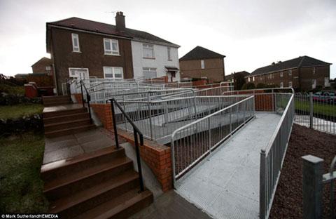 ساخت احمقانه ترین راه پله برای دختر بچه فلج (عکس)