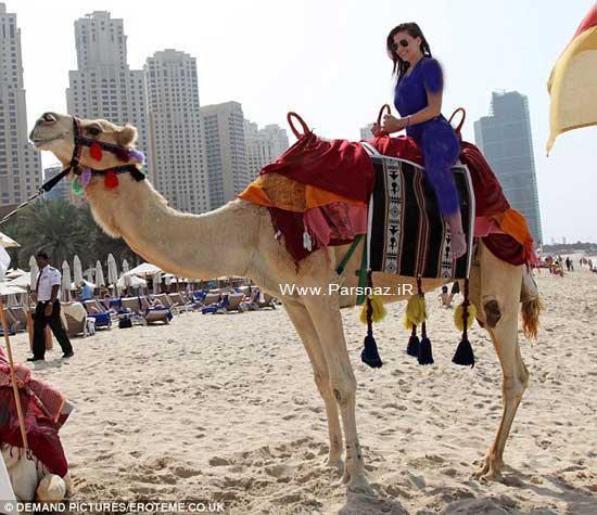 شتر سواری زیباترین دختر شایسته در سواحل دوبی (عکس)
