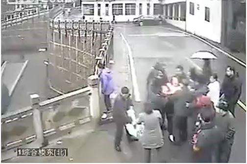 نجات این خانم چینی از خودکشی توسط یک عابر پیاده(عکس)