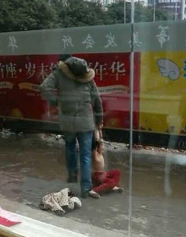 عریان کردن دختر 5 ساله در خیابان (عکس)