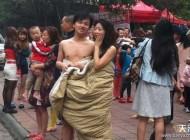 زلزله باعث شد زنان و مردان عریان به بیرون بیایند +عکس