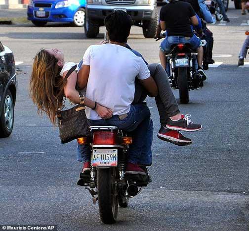 حمل برترین بانوی توریست با موتورسیکلت به بیمارستان