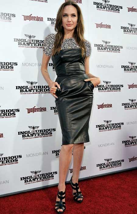 آنجلینا جولی روی فرش قرمز با مدل لباس خسته کننده