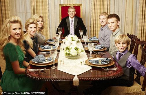 این خانواده در یک سال 1 میلیارد خرج لباس می کنند (عکس)