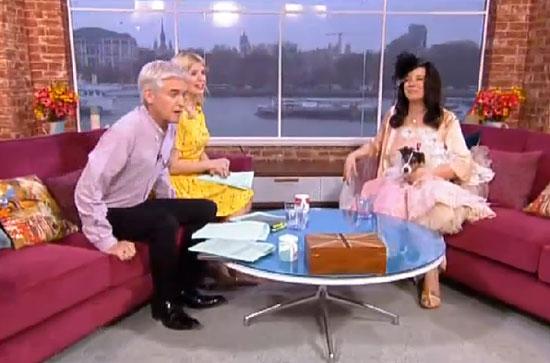 ازدواج این زن با سگش در برنامه زنده تلویزیونی (عکس)