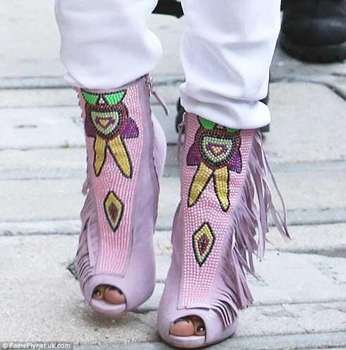 جنیفر لوپز با کفش های عجیبش همه را متعجب کرد (عکس)
