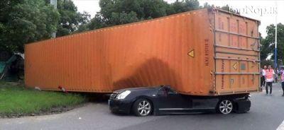 نجات شگفت انگیز دختر خوش شانس از این تصادف (عکس)