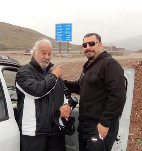 ناصر ملک مطیعی در کنار پسرش در جاده شمال! (+عکس)