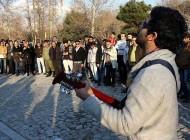 اجرای خواننده سرشناس ایرانی در خیابان (عکس)