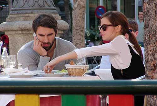 حضور اما واتسون بازیگر مشهور و نامزدش در رستوران +عکس