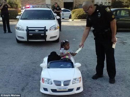 جریمه شدن دختر دو ساله ای توسط پلیس (عکس)