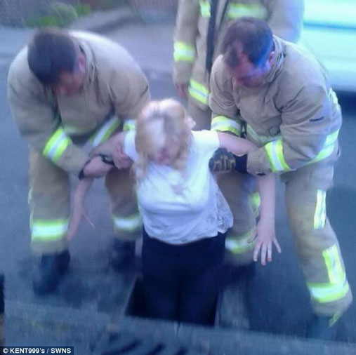 اتفاق عجیب برای دختر دانشجو افتادن در فاضلاب (عکس)