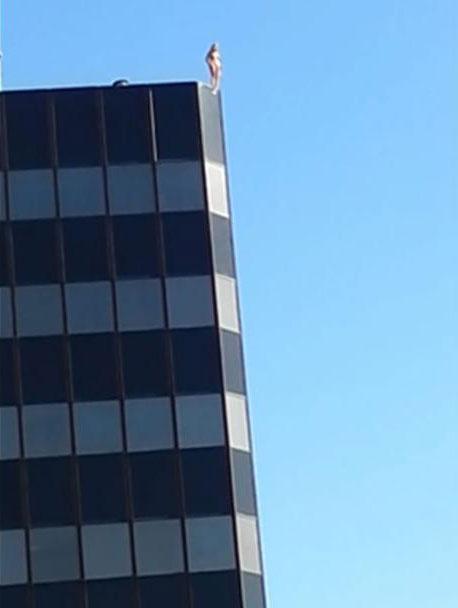 اقدام وحشتناک زن برهنه بر فراز برج پزشکان (عکس)