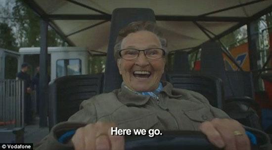 عکس هایی از انرژی و شادی این مادربزرگ روی ترن هوایی