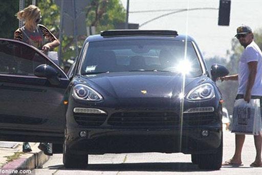 لئوناردو دی کاپریو و نامزدش در کنار اتومبیل جدیدش +عکس