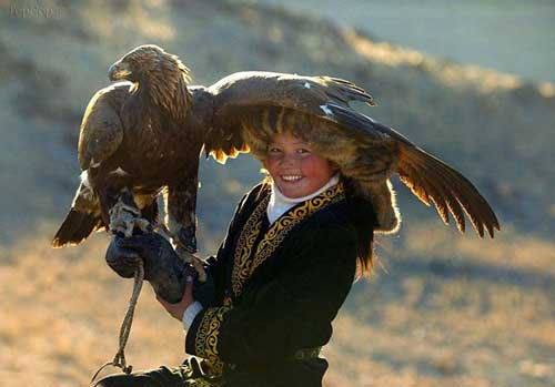 تصاویری از دستی کردن عقاب ها در مغولستان