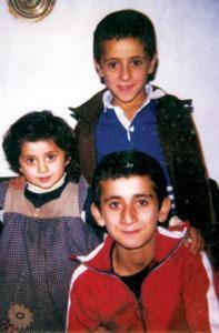علی کریمی و فرشید به همراه خواهرشان..عکس..(فوتبالیست)