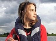 دختری جوان دور جهان را به تنهای با قایقش طی کرد + عکس