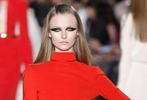 این مانکن معروف و زیبا با لباس عجیبش همه را شوکه کرد