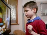 این پسرک عجیب دیوار اتاقش را می خورد! (عکس)
