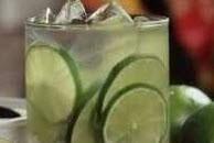 تهیه یک نوشیدنی برزیلی تابستونی