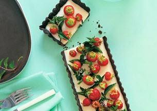 تهیه شیرینی شکلاتی با توت فرنگی و انگور قرمز