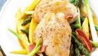 تهیه مرغ و مارچوبه یک غذای رژیمی