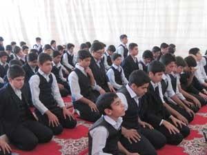 آیا امام جماعت می تواند غیر روحانی باشد؟